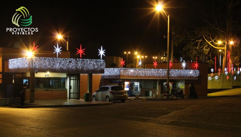 Fachada decorada con cortinas led color blanco frío y estrellas sirius de color blanco frío y rojo.